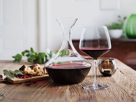Drik vin med Holmegaard glasprodukter