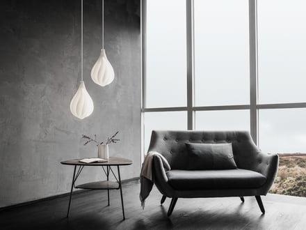 Lampeskærme fra Vita i forskellige ophængningshøjder.