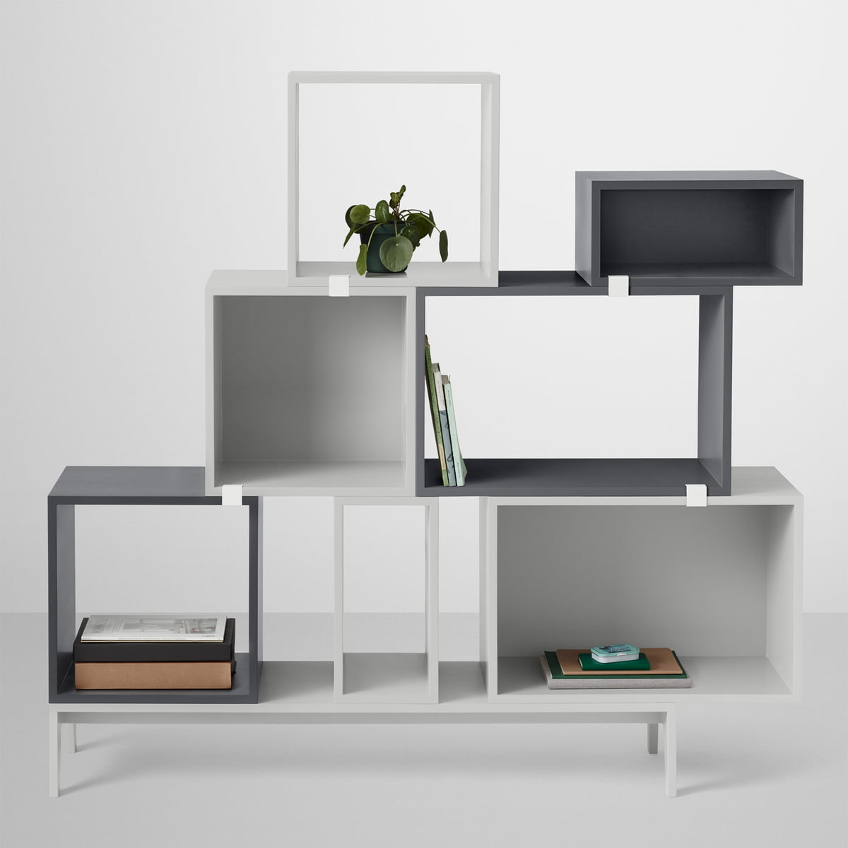 stacked modulopbygget reolsystem i m rkegr fra muuto. Black Bedroom Furniture Sets. Home Design Ideas