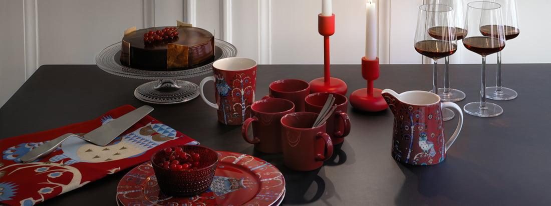Hvert år, i tide til jul, bringer Iittala nogle af de mest populære bordservice og borddekorationer i festligt rødt på markedet.