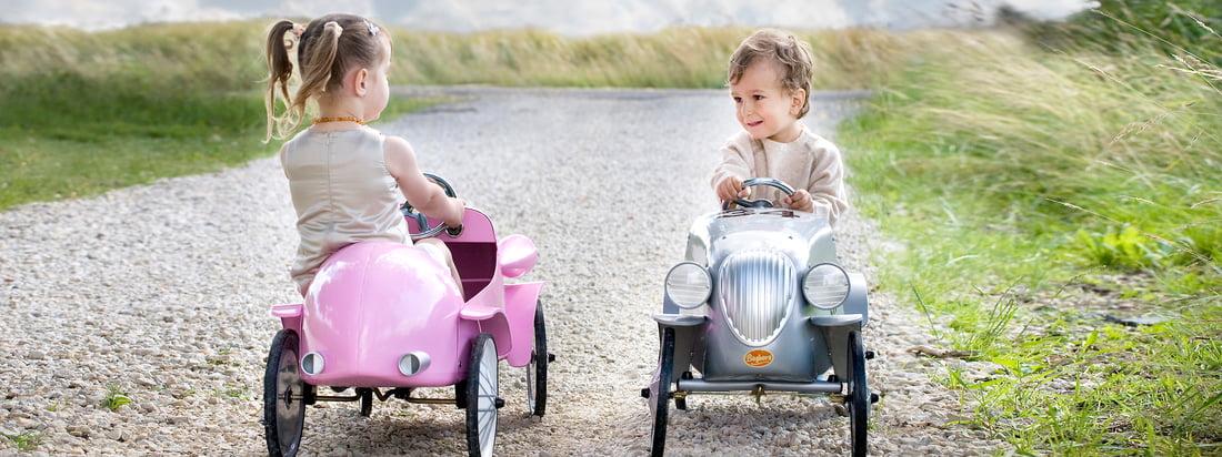 Fås som både gå- og pedalbil – Baghera producerer retrobiler til børn såsom Speedster Ride-on i rosa. Designet minder om biler for 100 år siden.