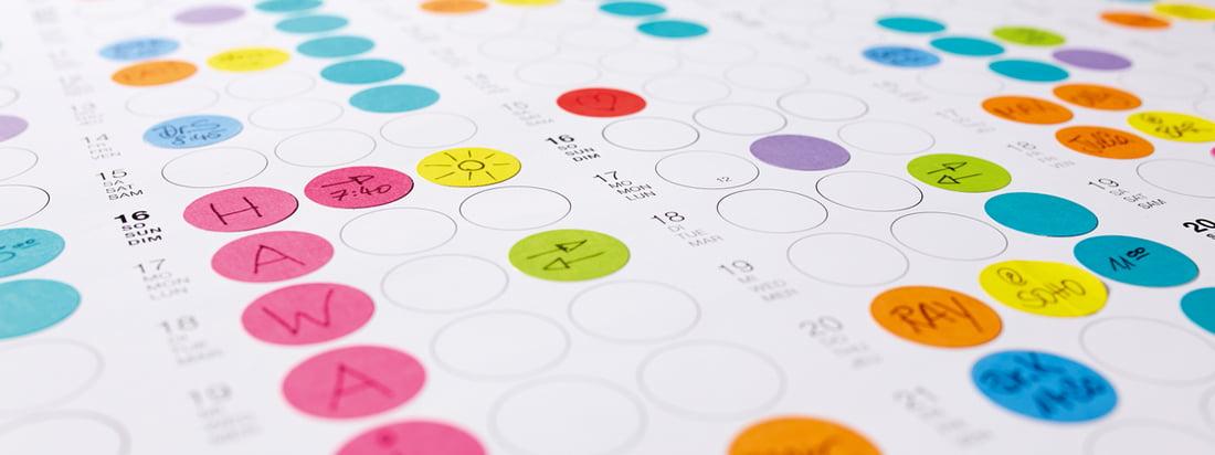"""Detaljeret oversigt over """"Dot on Wall Calendar"""" fra Dotty Edition: Planlæg dine dage, uger og måneder med små kulørte og klæbende prikker!"""