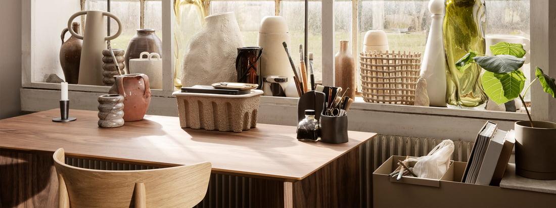 Med deres penneholder i messing tilbyder ferm LIVING et stilfuldt blikfang til skrivebordet, som også passer perfekt sammen med deres halvcirkelformede papirholder.