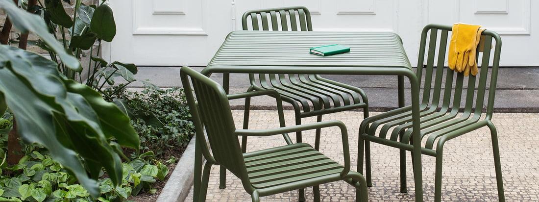 Gruppebillede af Palissade samling fra Hay elegante havemøbler, som forvandler dit udendørs område og kombinerer funktionelle og æstetiske aspekter.