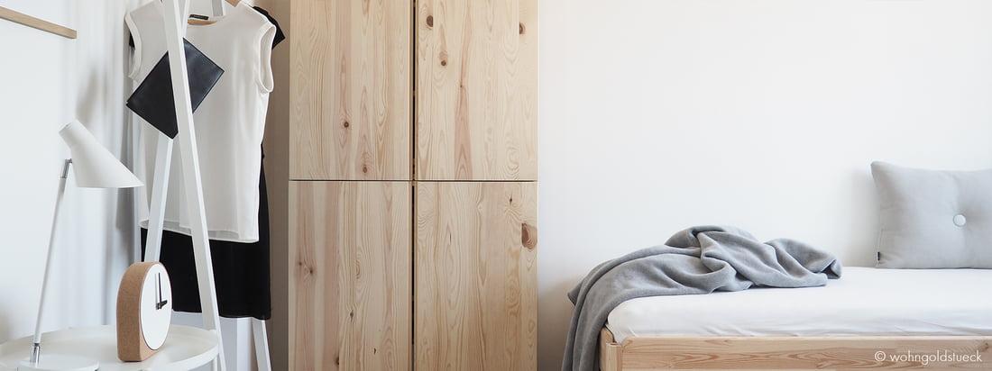 Den hvide Loop Stand Garderobe fra Hay er en god løsning til a hænge enkelte stykker tøj op. Her vises gærsteværelset af Blogger Carina vom Dorff fra wohngoldstueck.de.