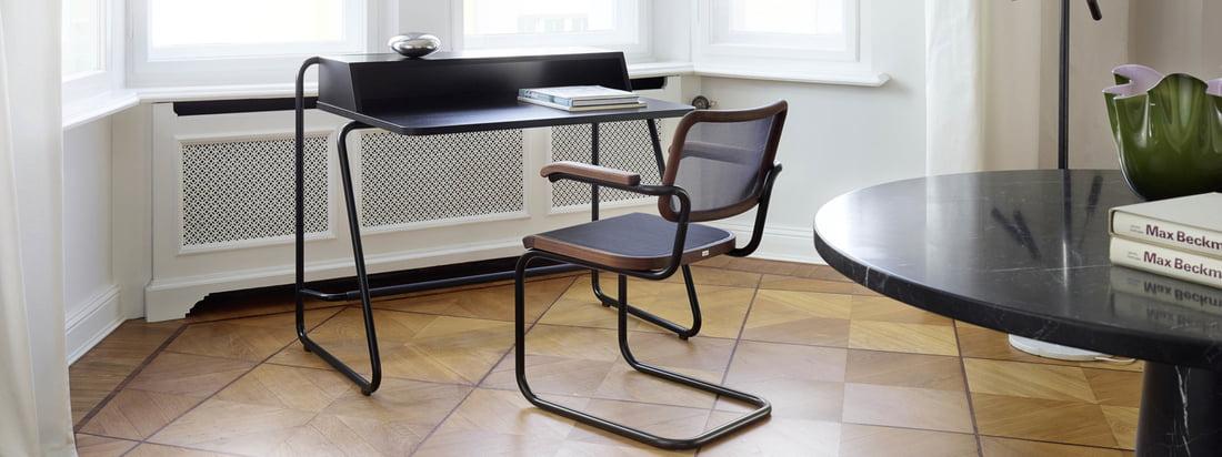 Livsstilsbillede af S 1200 skrivebordet fra Thonet. Skrivebordet af Randolf Schott for Thonet er designet til brug på dit hjemmekontor.