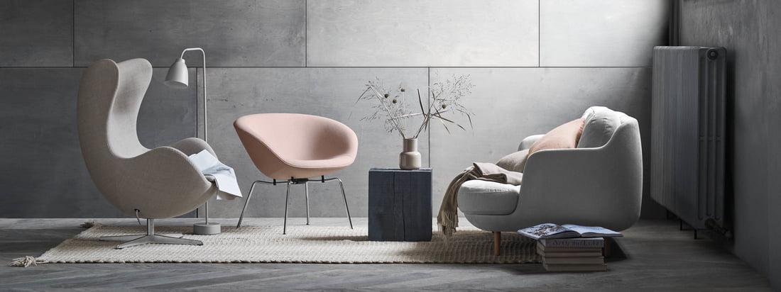 Den hyggelige Lune 2-personers sofa fra Fritz Hansen med Gryden i lysegrå og lyserøde nuancer. En moderne stue foran en grå væg.