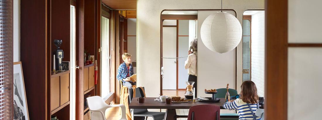 Det moderne spiseområde i varme farver er indrettet med Vitra-møbler. Det rummelige Solvay spisebord overbeviser med sit klare design og tilbyder rigelig plads til hele familien.