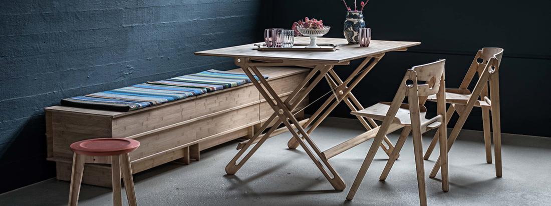 Livsstilsbillede af We Do Wood – Field klapbord. Bordet kan klappes sammen, så det passer perfekt til både den lille lejlighed og til huset og kan sættes op på få sekunder.
