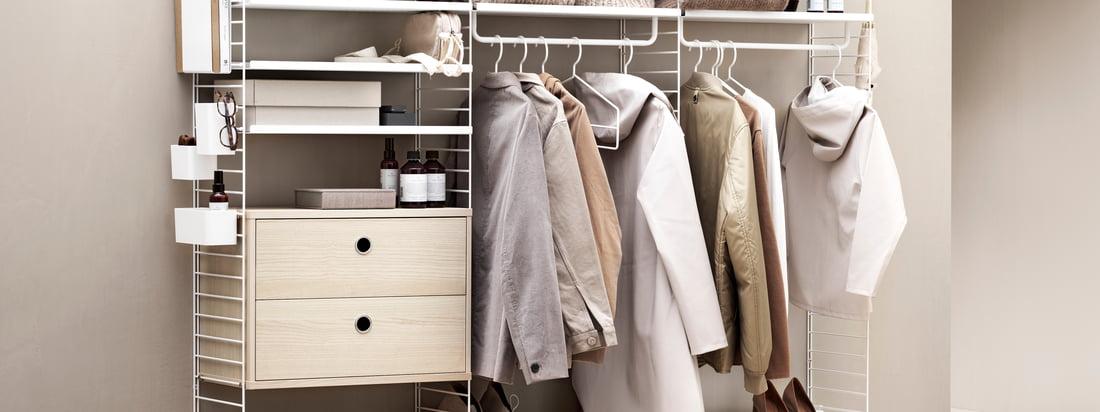 Strings shelvesystem giver masser af lagerplads til tøj og andre ting. I en trendy beige er hylderne særligt indbydende.