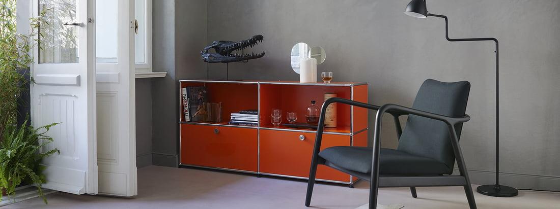 USM Haller - producentserie - stue - Sideboard M - orange - lænestol - gulvlampe - bøger - briller - hvide døre - planter - atmosfære