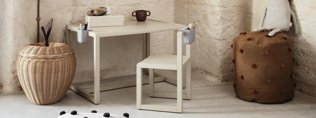 Lille arkitekten børneskrivebord fra ferm Living er en del af samlingen med samme navn, der samler møbler og tilbehør, der er beregnet til at vække den lille arkitekt hos børn.