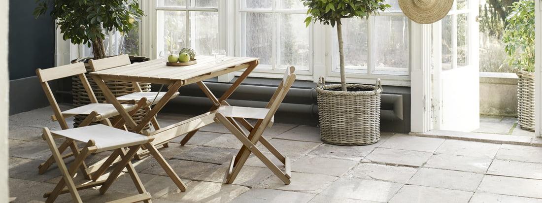 Udemøbler er især velegnet til vinterhaven. De ubehandlede havemøbler af teaktræ er designet af Børge Mogensen.