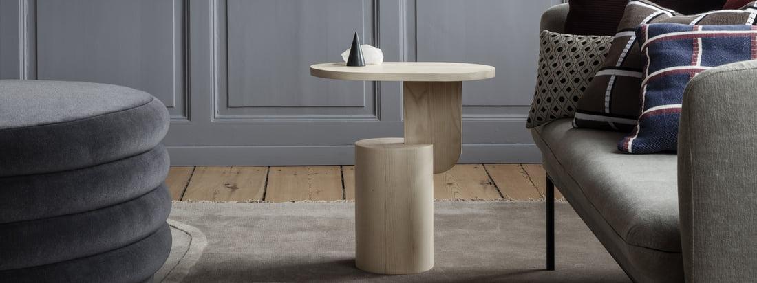 Livsstilsproduktbillede af Salonpuderne, Muses-vaserne og Insert-sidebordet af ferm Living. Hynder, vaser og et sidebord supplerer hinanden dekorativt.