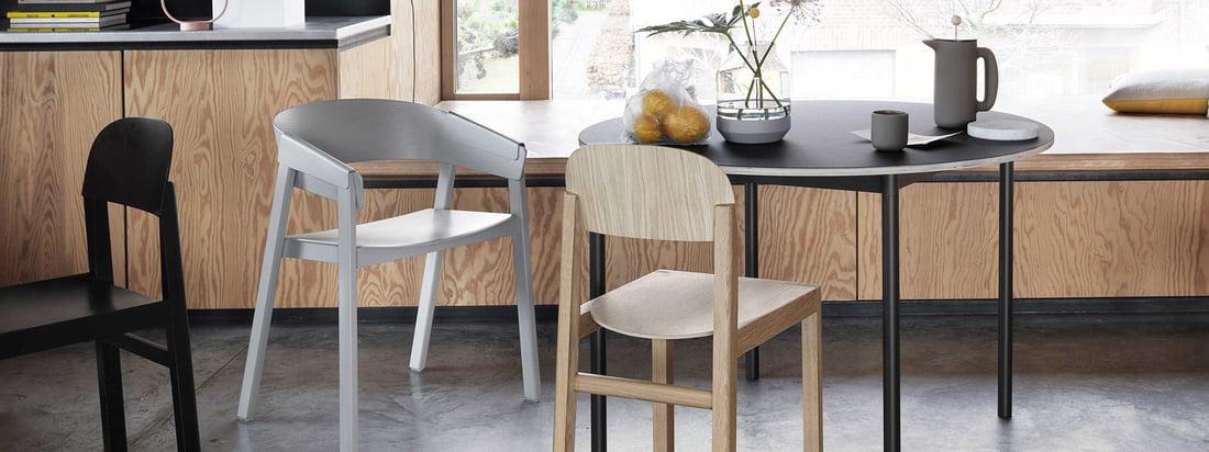 Muuto Cover-stolen er lavet af træ med et sort bord og grå stol til Japandi-trenden.