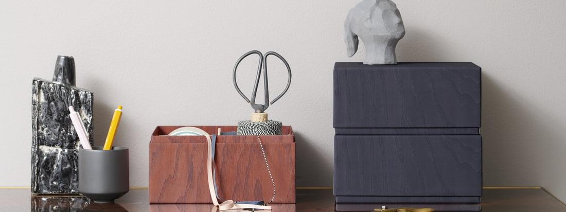 Opbevaringsbokse fra applikationer på skrivebordet. Praktiske redskaber som saks eller garn kan opbevares sikkert og diskret i æskerne.