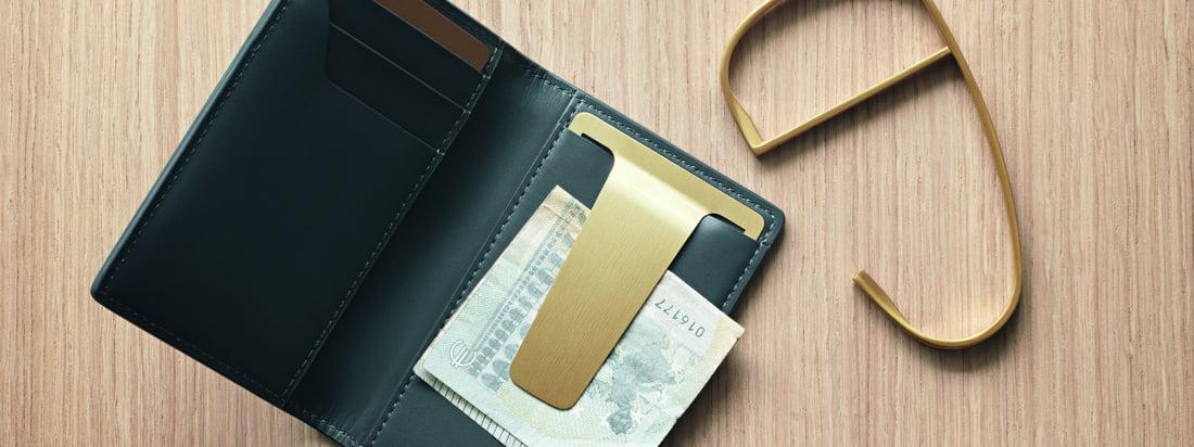 Shades-tegnebogen fra Georg Jensen er en del af Shades-serien af Helena Rohner. Unisex-tilbehør til daglig brug er lavet af læder af høj kvalitet og har et klip i PVD-belagt rustfrit stål i guld.