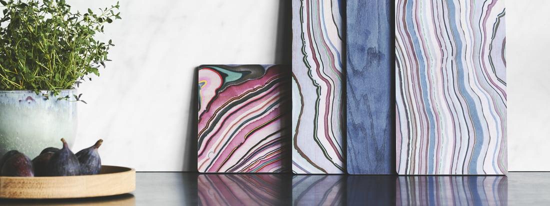 En hyldest til Wood Tapas Board fra applicata i atmosfæreudsigten. De farverige brædder giver et nyt blikfang på en kommode i spisestuen eller i køkkenet.