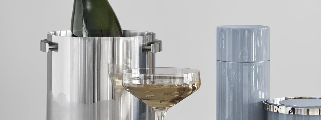 Champagnekøler, cocktailryster, istang og isoleret isspand er en del af Cylinda Line af Arne Jakobsen for Stelton og gør hvert barområde mere elegant.