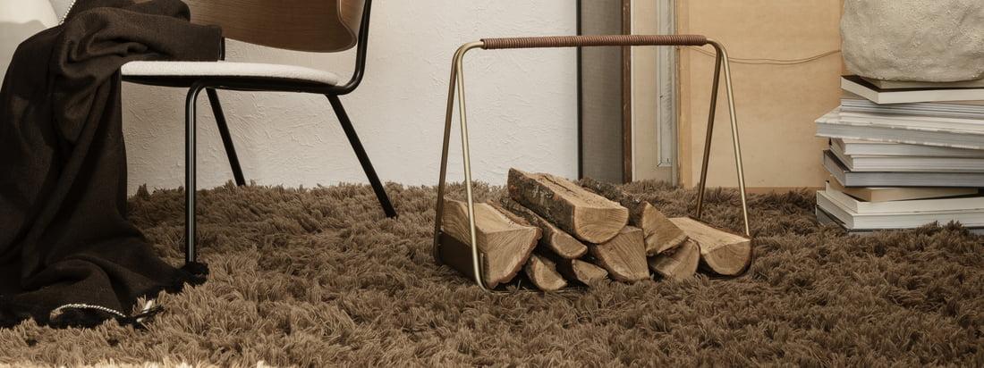 Lurvet eng tæppe fra ferm Bor i stemningsudsigten. Det fluffede designertæppe i mørk beige giver stuen varme og form.