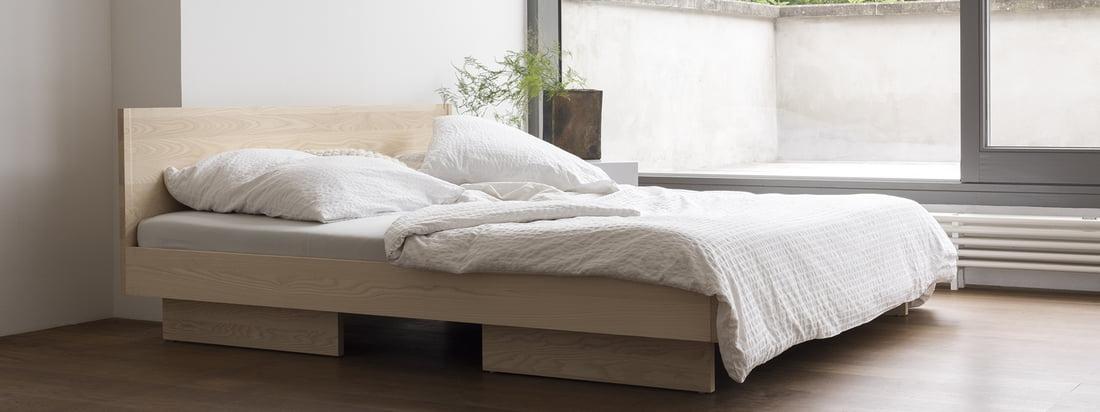 Atmosfæreudsigt over Zians seng med hovedgærde fra genstande fra vores tid. Enkle former og lige linjer karakteriserer den rolige og uopregne form på sengen, som takket være det reducerede udseende passer perfekt ind i ethvert soveværelse.