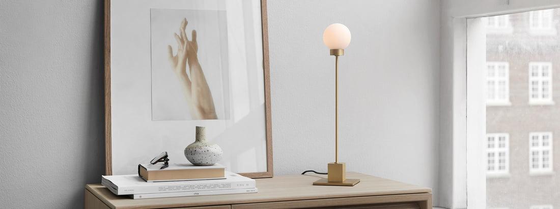 Snowball bordlampe H 41 cm, messing fra Northern i stemningsudsigten. Brugt som en arbejdslampe på skrivebordet eller baggrundsbelysning i stuen på skænken, skaber lyset fra Snowball bordlampen en hyggelig atmosfære i rummet.