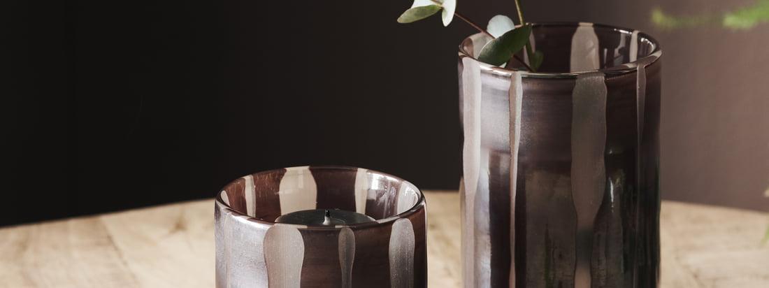 Bai fyrfadsstage / vase, brun fra House Doctor i udsigten til stemningen. De forskellige størrelser på fyrfadslysholderen kan kombineres perfekt med hinanden.