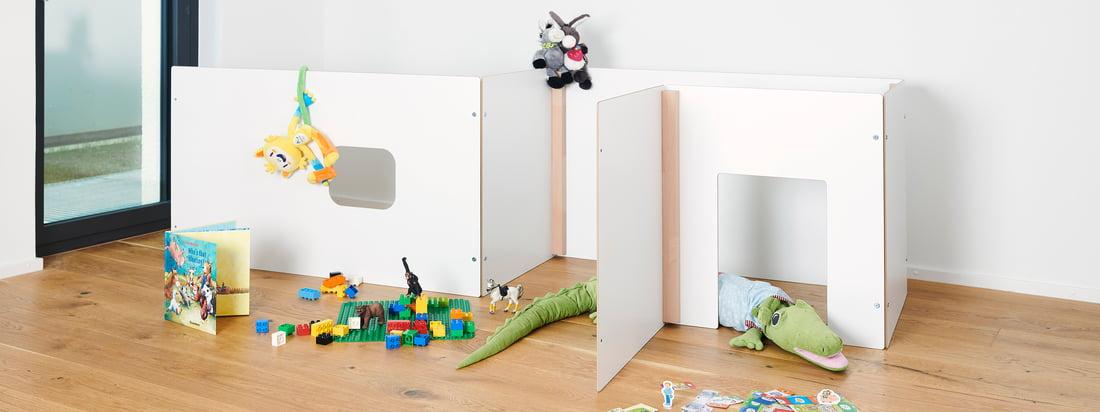 Kids imponerer med multifunktionelle og gennemtænkte møbler. Det enkle design og blandingen af hvidt og naturligt træ passer harmonisk ind i hvert barns værelse.
