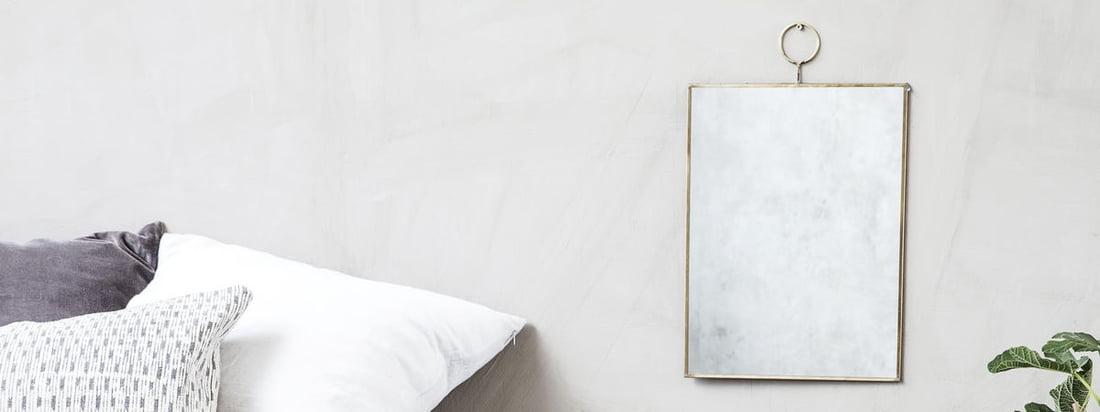 Loop vægspejlet fra House Doctor er et stilfuldt og elegant spejl, der passer godt ind i moderne værelser. Spejlet er indrammet af en tynd messingkant.