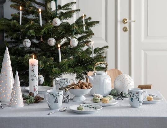 Nobili-fyrfadsholderen fra Kähler Design i stemningsudsigten: Stearinlyset trænger igennem de små åbninger på fyrfadsholderen og skaber en romantisk atmosfære på det festlige bord.