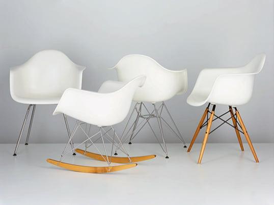 Plastic Chairs af Charles og RayEames er uden tvivl blandt de mest usædvanlige designmøbler fra det 20.århundrede. Der kan skabes stole med forskellige karakteristika ved at kombinere skallen med forskellige understel.