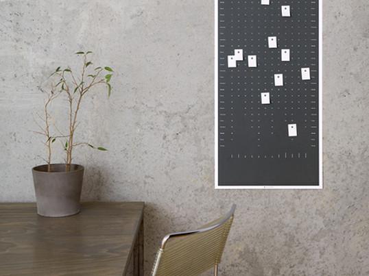 Væg kalenderen fra DIG er trykt på genbrugspapir i stående eller liggende format og er et individuelt vægobjekt og kalender på samme tid: 100 perforerede klistermærker giver mulighed for at markere og mærke kalenderen hver dag.