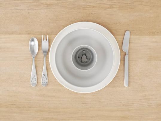 Design Letters – AJ bestiksæt i melamin indeholder gaffel, kniv, ske og teske. Det har et skrifttypedesign lavet af melamin. Designet af Arne Jacobsen.