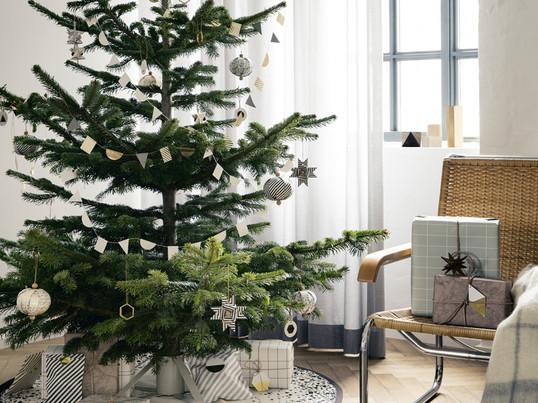 Juletræsfoden fra ferm living er lavet af pulverlakeret stål og er let at samle. ferm living har bl.a. dette messingophæng til at hænge på træet.