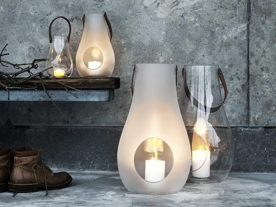 Design with Light lanternen fra Holmegaard i transparent eller uigennemsigtig hvid glas og håndtag i naturlæder er designet af Maria Berntsen.
