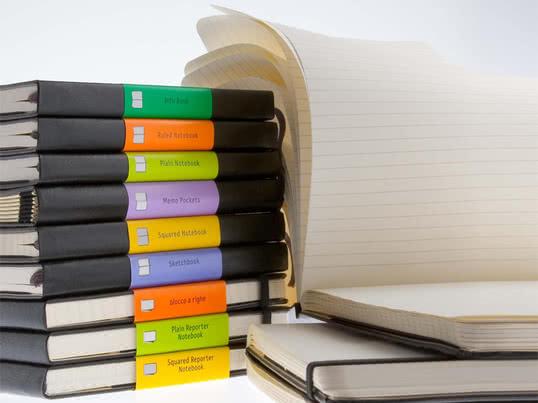 Stemningsbillede af adressebøger, notesbøger og -blokke fra Moleskine. Moleskine sørger for, at du ikke glemmer noget, både på almindeligt, linjeret eller ternet papir.