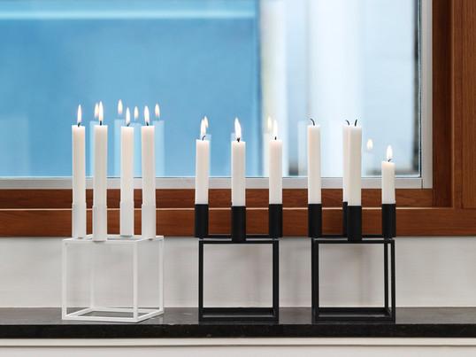 Kubus 4 lysestagen fra by Lassen blev designet i 1962 af designeren Mogens Lassen og er i dag et moderne designikon.