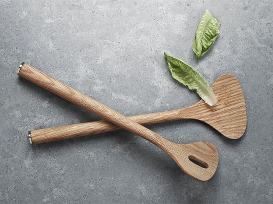 Alfredo salatbestikket blev designet af Alfredo Häberli som en del af Alfredo kollektionen for Georg Jensen. Det er lavet af eg og enderne er dækket af elegante plader i rustfrit stål.