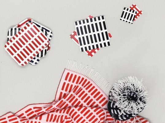 Alvar Aalto skabte i 1954 det berømte Siena-mønster, der skulle kunne bruges til mange forskellige formål, f. eks. til tæpper, bakker og bordskånere. Stofservietten er fremstillet af 100% bomuld og kan nemt kombineres med andre produkter fra Artek kollektionen.