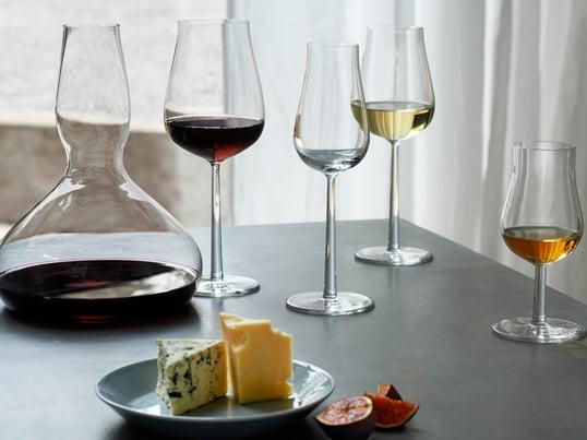 Essence Plus glas fra den finske producent Iittala er designet af Alfredo Häberli. De er karakteriseret ved deres bløde linjer og kurvede former.