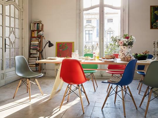 Vitra viser dig, hvordan du stilfuldt og autentisk kan indrette din spisestue. Der er plads til hele familien ved EM bordet. Du sidder behageligt ved bordet med Eames Plastic Side Chair.