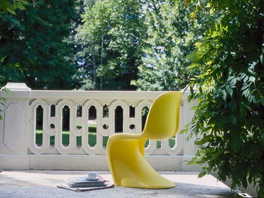 Den danske designer Verner Panton designede den berømte Panton Chair i 1967. Panton Chair fra Vitra er fremstillet af homogene materialer og har en karakteristisk flydende form.