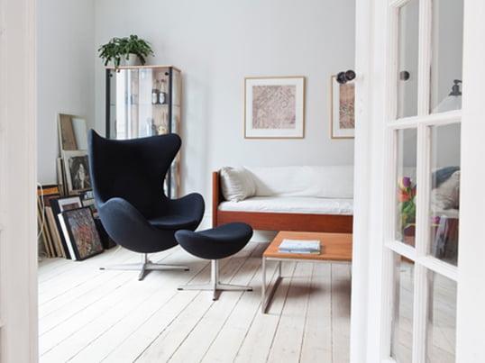 Ægget fra Fritz Hansen henleder ens tanker på en æggeskal pga. stolens buede form. Arne Jacobsen designede stolen i 1958 til SAS Royal i København.