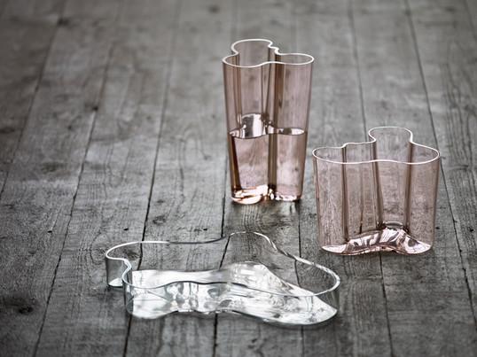 Alvar Aalto har udviklet Iittala Aalto skålen, som er baseret på Savoy vasen. Det organiske design er absolut trendsættende.