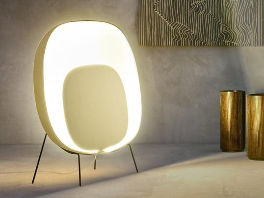 Stewie Terra gulvlampen spreder et varmt, afslappende og roligt lys på én og samme tid. Lampen er en varm og levende kontrast til åbne og moderne indrettede rum.