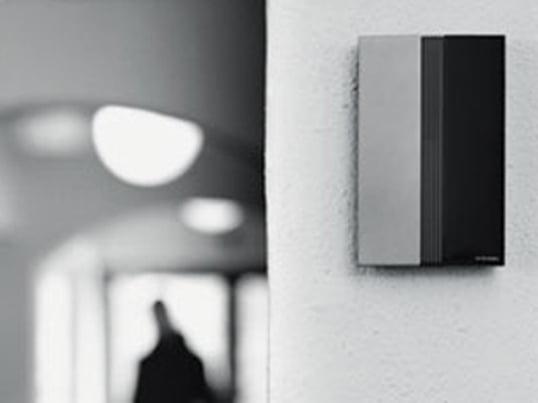 Jacob Jensen dørklokke er indbegrebet af den anerkendte designers design. Den består af en klokke og et ringetryk, som kan stå alene eller monteres på en væg.