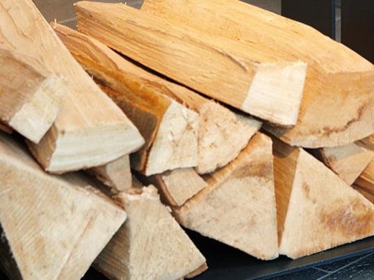Wood-in bakken fra artepuro er en rummelig stålkonstruktion, der har rigelig plads til alle typer af brænde. Desuden er det et design-orienteret møbel omkring brændeovnen.