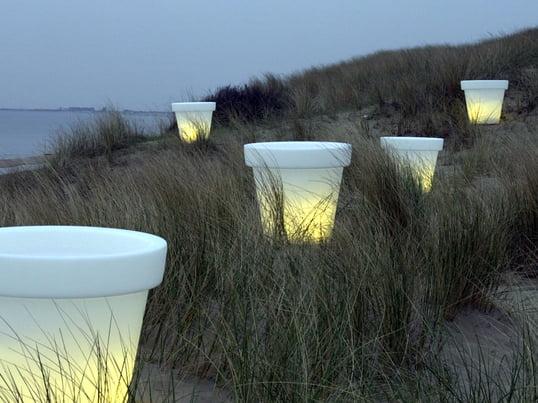 Bloom Pot er lige velegnet til udendørs og indendørs brug. Når lyset i blomsterkrukken tændes, er kun lyset og farven synlige, mens selve materialet er næsten usynligt.
