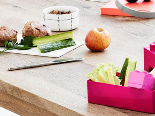 Med madkasser kan man nemt og bekvemt tage hjemmelavet mad med og spise det på farten. Mange kasser har også en skillevæg, så forskellige typer mad kan opbevares for sig.