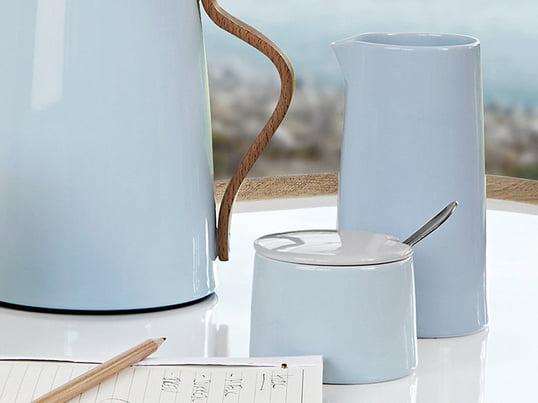 Fuldend dit kaffe- og tebord med en sukkerskål og Vacuum mælkekande fra Steltons Emma kollektion. Stelton fremstiller Emma-serien i porcelæn, og den tåler naturligvis maskinopvask.